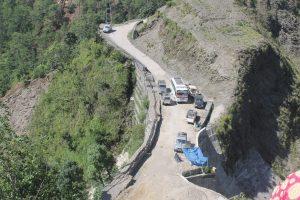 सिद्धिचरण राजमार्गको जिर्ण सडक नबनेपछि चक्काजाम गर्ने तयारी