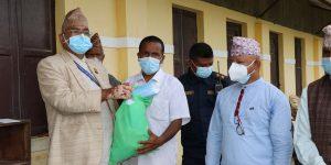 स्वास्थ्य सामग्री बोकेर कोरोना संक्रमितको घर–घरमा नमोबुद्धका मेयर